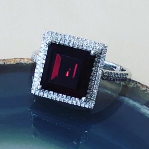 White Gold Garnet and D..
