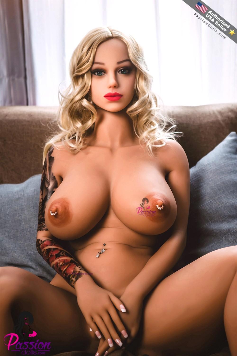 Tattooed bikini girl sex in a great outdoor location
