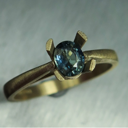 0.60ct Natural Bi-colour Blue green sapphire 9ct 375 yellow gold ring