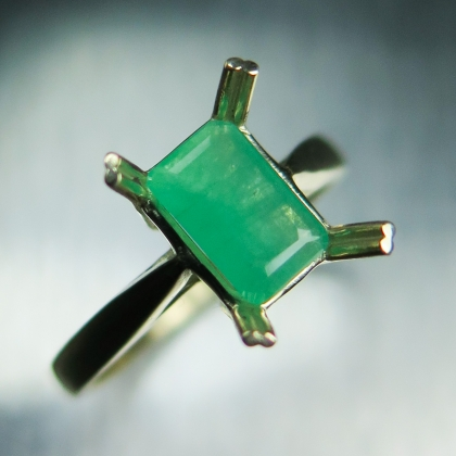 0.75ct Natural Colombian green Emerald 9ct 375 yellow gold ring