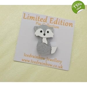Winter Fox Pin badge la..